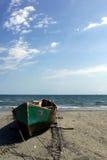 岸上一条生锈的小船 免版税库存照片