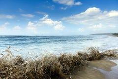 岸上动荡波浪在风暴前 免版税图库摄影