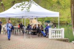 岸上咖啡馆更低的蓝色湖 库存图片