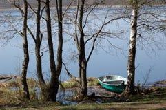 岸上小船湖 免版税库存照片