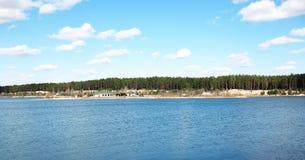 岸上房子湖 库存照片