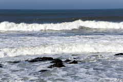 岸上波浪冬天大西洋 库存照片