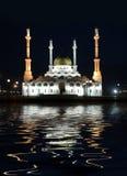岸上海湾清真寺晚上 免版税图库摄影