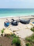 岸上渔夫小船在海滩 图库摄影