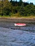 岸上红色小船 库存图片