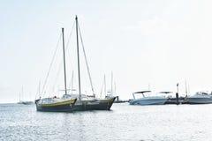 岸停放的小船在圣文森特和格林纳丁斯 免版税库存图片