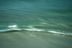 岸批评蓝色的波纹波浪 免版税库存图片