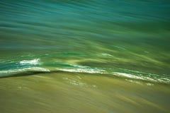 岸批评绿色的波纹波浪 免版税库存图片