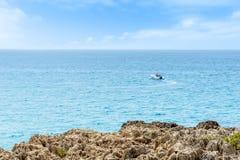 从岸的一条浮动小船 免版税库存照片
