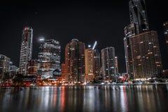 岸的摩天大楼在晚上 免版税图库摄影