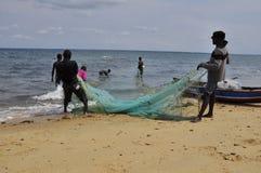 岸的渔夫在莫桑比克 免版税库存图片