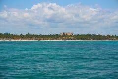 岸的看法从小船的在波浪在温暖的加勒比海 里维埃拉玛雅人墨西哥 夏天晴天,蓝天 图库摄影