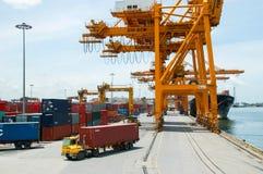 岸起重机在货物船的装货容器 库存照片