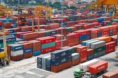岸起重机在货物船的装货容器 图库摄影