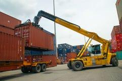岸起重机在货物船的装货容器 免版税库存图片