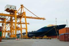 岸起重机在货物船的装货容器 库存图片