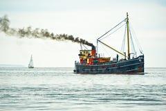 峡湾海鳗吹风者航行游艇 库存照片