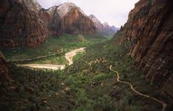 峡谷供徒步旅行的小道犹他zion 库存图片