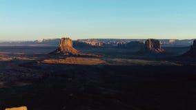 峡谷加宽了,直到土地被雕刻入平原和被隔绝的石峰,犹他,美国 免版税库存照片