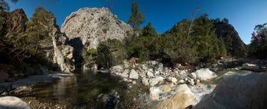 峡谷和山河的全景反对天空蔚蓝 库存照片