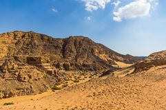 峡谷和沙漠反对蓝天 免版税库存图片