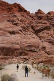 峡谷登山人红色岩石 免版税库存照片