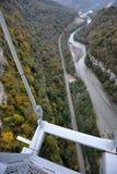 峡谷的全景有世界的最长的停止人行桥的 免版税图库摄影