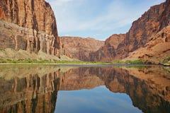 峡谷科罗拉多全部被反射的河 图库摄影