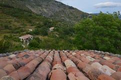 峡谷维登边缘的红被顶房顶的房子  库存照片