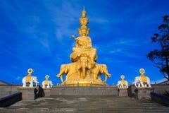 峨嵋山峰顶的金黄菩萨。 图库摄影