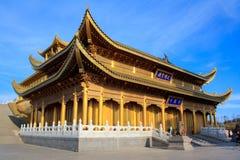 峨嵋山峰顶金黄寺庙。 免版税库存照片