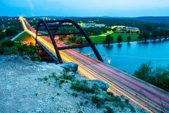 从峭壁上面的Pennybacker 360桥梁  免版税库存照片