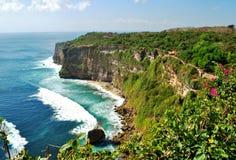 峭壁临近在巴厘岛,印度尼西亚的Uluwatu寺庙 库存照片