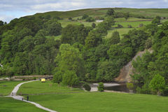 峭壁乡下英国小山使河环境美化 免版税库存图片