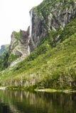 峭壁和上面秋天西部溪池塘 免版税图库摄影