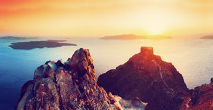 峭壁和圣托里尼海岛,希腊火山岩  在破火山口的看法 免版税库存照片