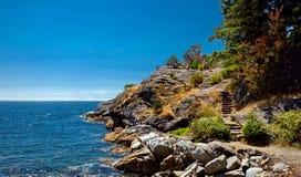 峭壁和多岩石的海滩 图库摄影