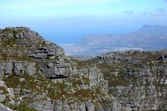 峭壁和岩石在桌山顶部在南非 免版税图库摄影