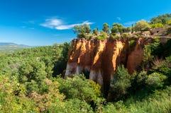峭壁和森林全景Le的Sentier des Ocres在Rou 图库摄影