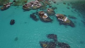 峭壁和沐浴者,海,海洋鸟瞰图  潜水放松和暑假 股票录像