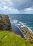 峭壁和波浪在Kilkee,克莱尔郡,爱尔兰附近 免版税库存图片