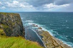 峭壁和波浪在Kilkee,克莱尔郡,爱尔兰附近 库存图片
