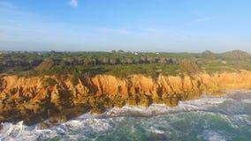 峭壁和海鸟瞰图有波浪的 影视素材