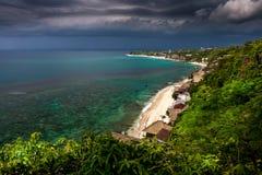 峭壁和海洋惊人的看法热带海岛的巴厘岛,印度尼西亚 免版税库存照片