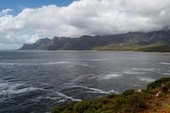 峭壁和海滩沿一条沿海路,庭院路线 免版税库存图片