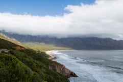峭壁和海滩沿一条沿海路,庭院路线 库存照片