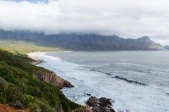 峭壁和海滩沿一条沿海路,庭院路线 库存图片