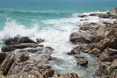 峭壁和海洋 免版税图库摄影