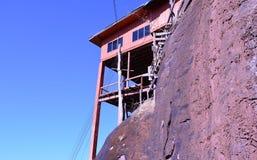 峭壁和蓝天的议院 库存图片