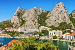 峭壁和采廷娜河流动的亚得里亚海Omis全景  免版税图库摄影